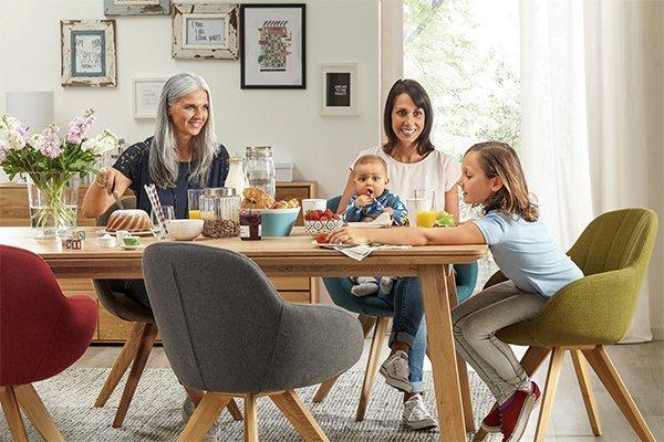 Esszimmertisch Dinner von Global Wohnen mit bunten Stuehlen