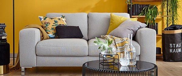 Sofa gelbe Wand