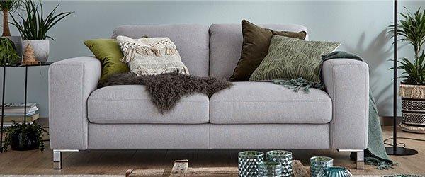 Sofa gruene Wand