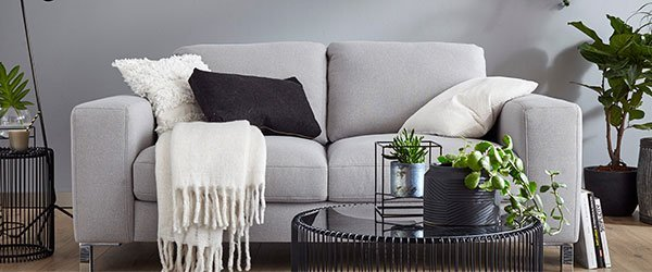 Sofa graue Wand
