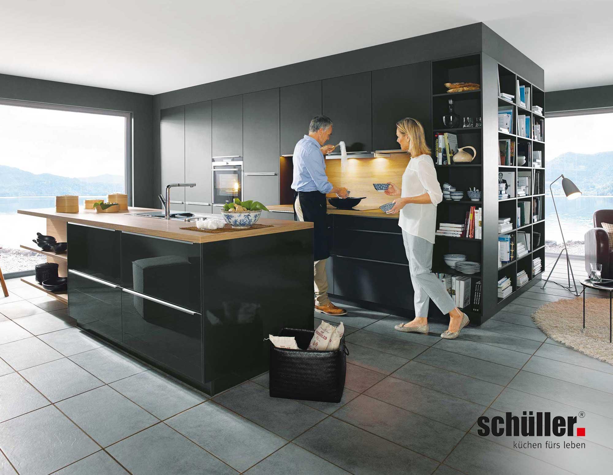Schüller Glasline Inselküche in Glas matt schwarz