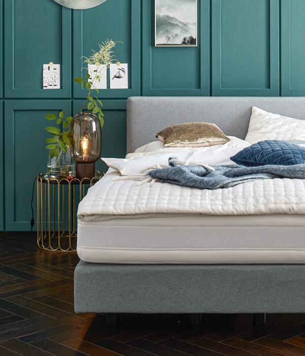 Schlafzimmer, Boxspringbett, grauer Stoff