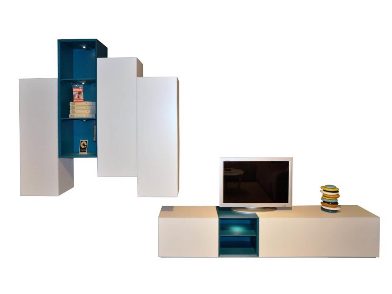 Wohnand Contur 5600 in weiß mit Absetzungen in blau - bestehend aus TV-Lowboard und Hängeschränken - Ausstellungsstück im Abverkauf
