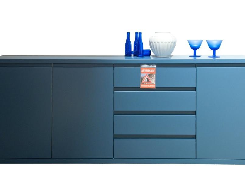 Sideboard Fame in blau mit drei Türen und vier Schubladen - im Abverkauf