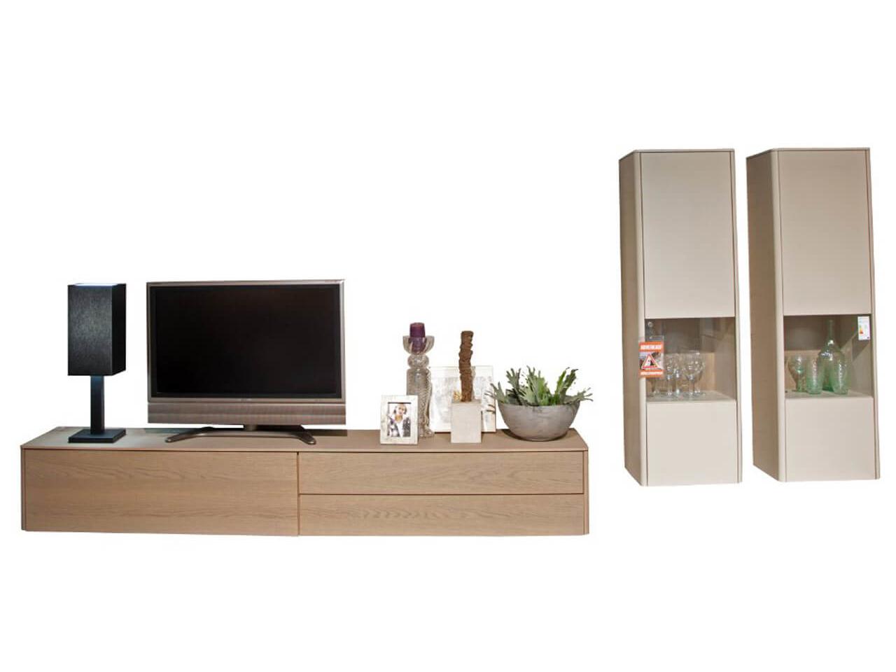 Wohwand Goya, bestehend aus TV-Lowboard und zwei Hängevitrinen in grau und Eiche grau - als Ausstellungsstück im Abverkauf