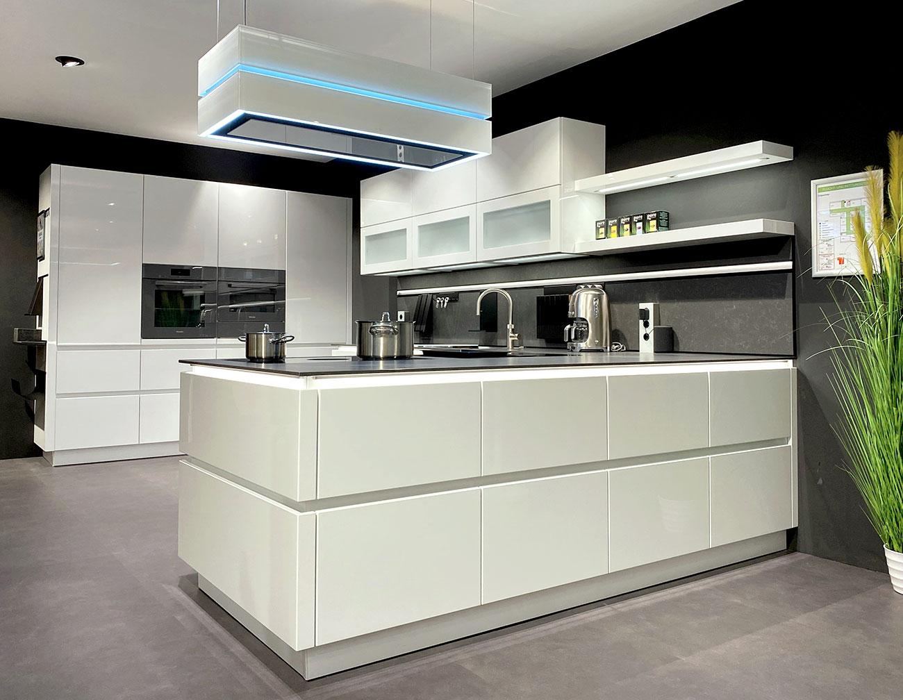 Schüller Küche Galore mit Hochglanzfronten in Kristallweiß