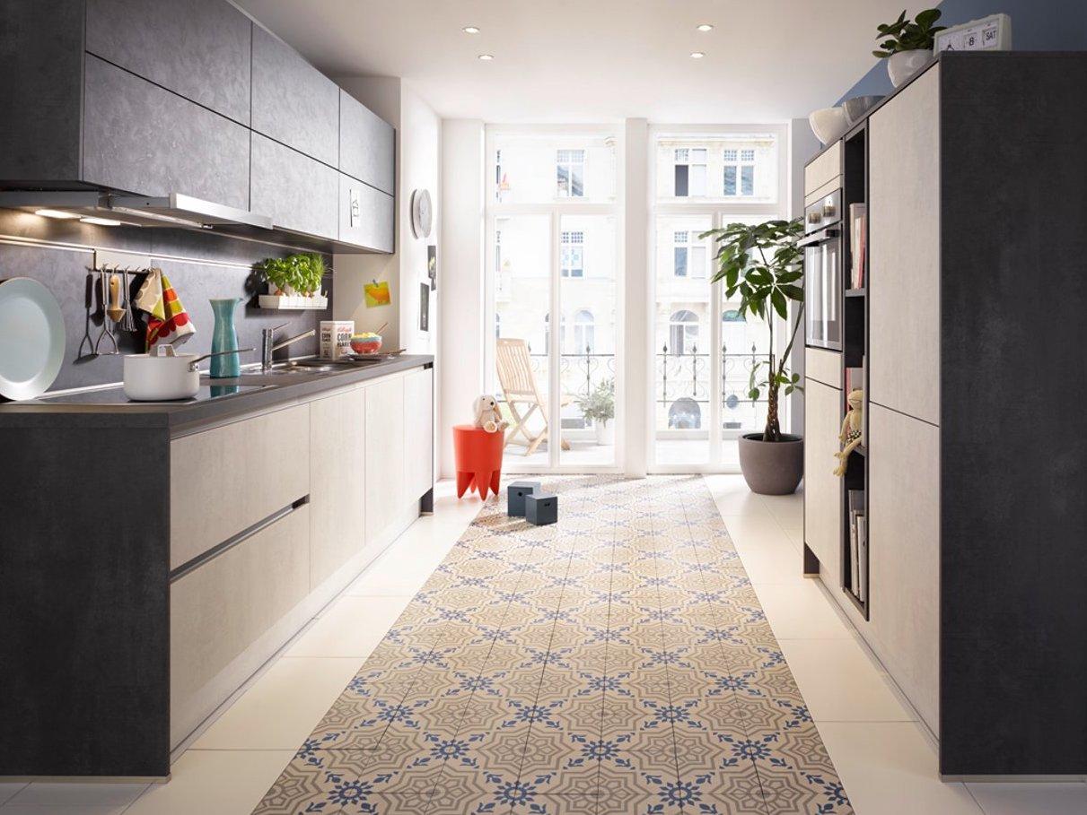 Flotter Zweiteiler - die Küche Global 51.180 mit Fronten in Beton Weißgrau und Anthrazit Nachbildung