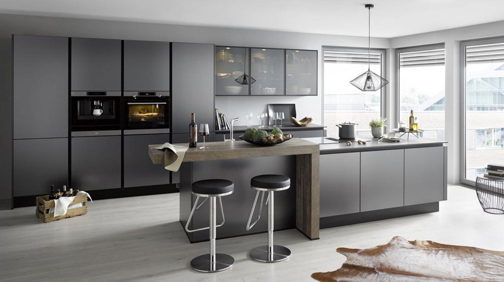 Küche Global 53.190 mit Grifflosen Design und Kochinsel in Titan metallic geschliffen Nachbildung